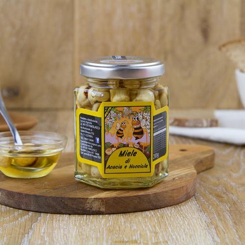 Miele di acacia e nocciole