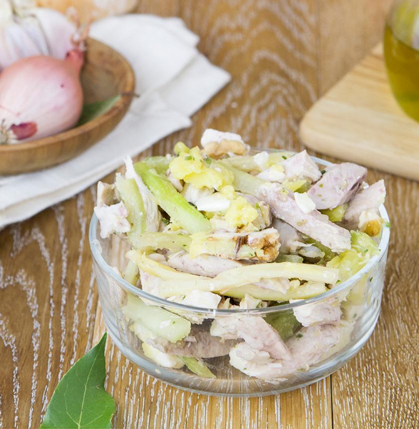Insalata di pollo sedano parmigiano e noci